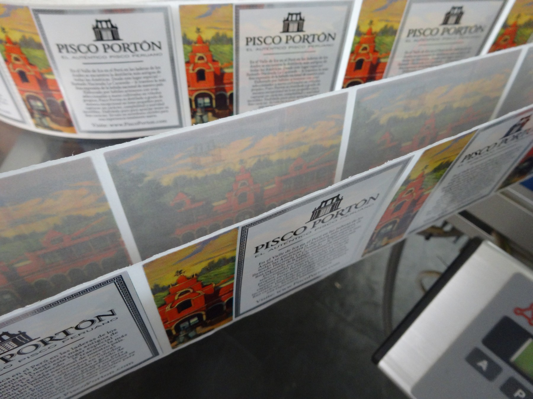 Pisco Portón double labels