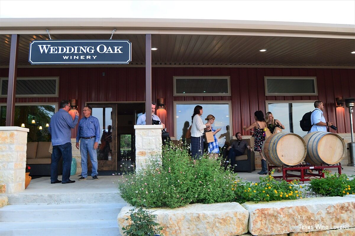 Wedding Oak Winery at Fredericksburg outside